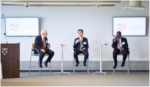 万达集团董事长王健林登上讲台图片