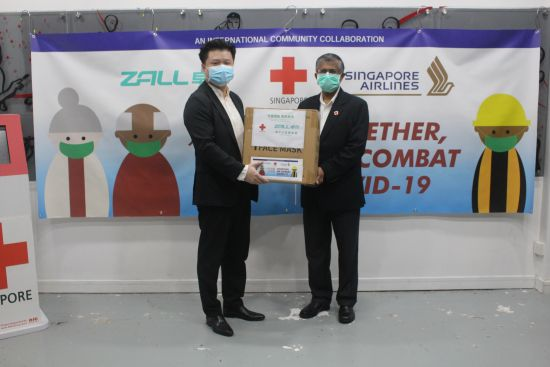 ZALL Group donates one million masks to Singapore (handover). From left: Mr Peter Yu, CEO of ZALL Group International, and Mr. Benjamin J William, Secretary-General from Singapore Red Cross (Photo credit: ZALL Group)