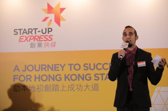 Renowned stand-up comedian Vivek Mahbubani, the event host, talks to participating start-ups.